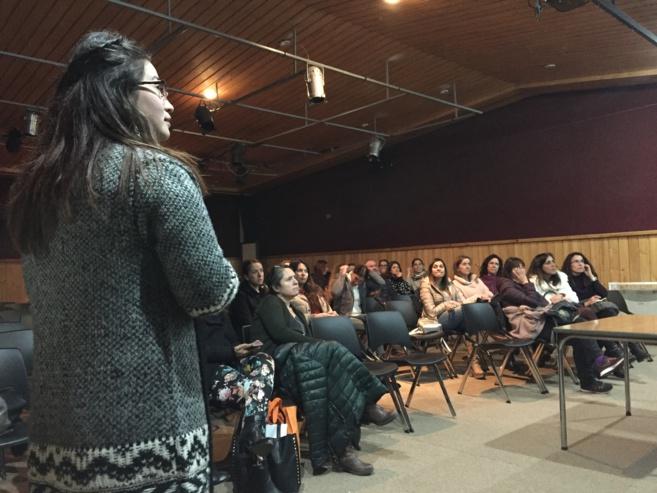 Psicóloga Javiera Carvajal del Preuniversitario Pedro de Valdivia impartiendo charla a nuestros apoderados